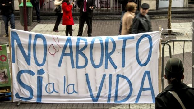 Protesta contra la despenalización del aborto en Chile, en anticipo del voto en el Congreso.
