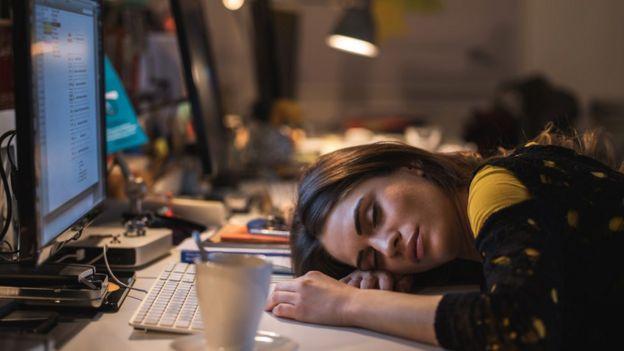 Empleada durmiendo frente a la computadora