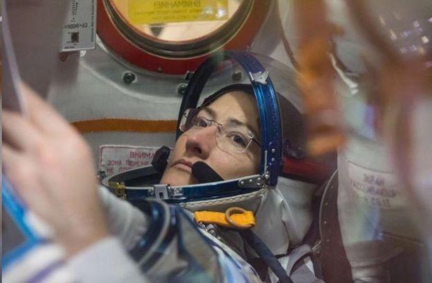 کریستینا کوک در طول ماموریت خود ۵۲۸۴ بار گرد زمین چرخید و ۲۲۳ میلیون کیلومتر مسافت را پیمود