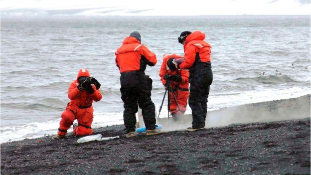 Grupo de pesquisadores na Antártida