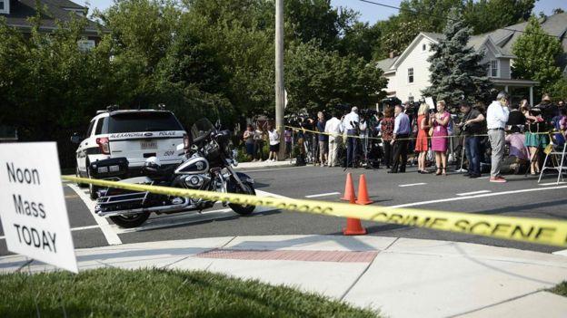 تجمع عدد من الأشخاص في موقع الحادث