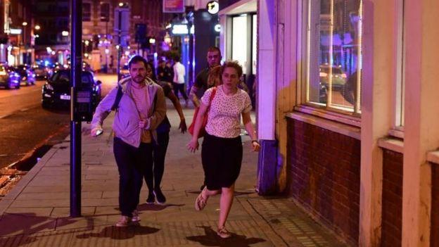 Peatones huyen del lugar tras el incidente en el Puente de Londres.