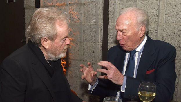 Christopher Plummer (der.) hablando con el director Ridley Scott
