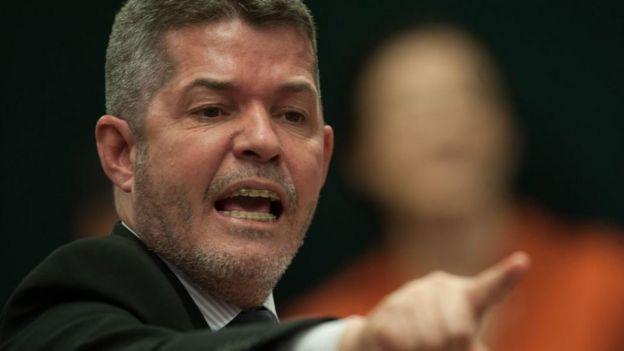 Delegado Waldir aponta para frente, com feição exaltada, durante sessão
