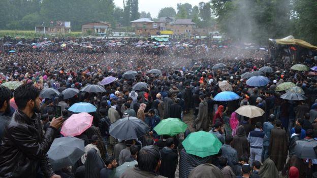 নিহত জঙ্গী নেতা জাকির মুসার জানাজায় কাশ্মীরে মানুষের ঢল