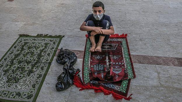 طفل يؤدي صلاة العيد وحيدا