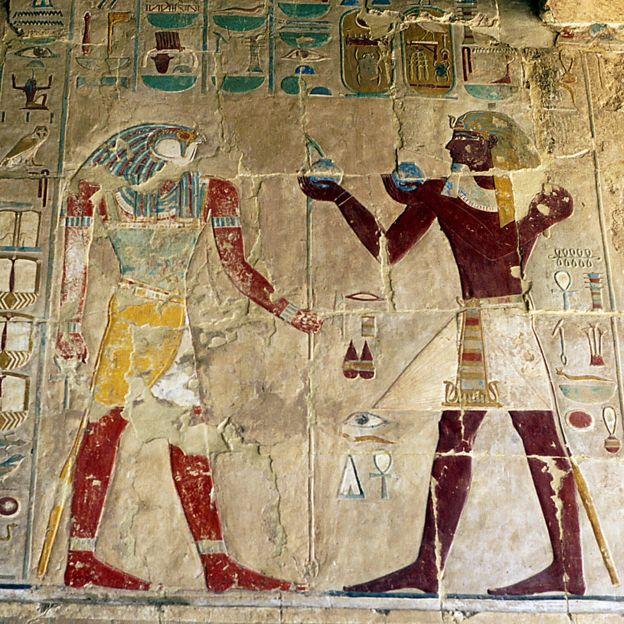 Hatshepsut en un relieve haciendo una ofrenda a un dios.