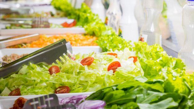 Buffet de saladas em um restaurante