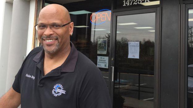 Mark Warner en la tienda Blue Ridge Arsenal en Chantilly, Virginia
