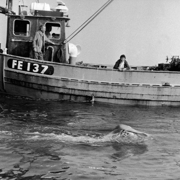 Cox durante uno de sus cruces al Canal de la Mancha en 1973.