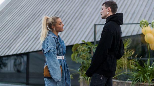 девушка и молодой человек выясняют отношения