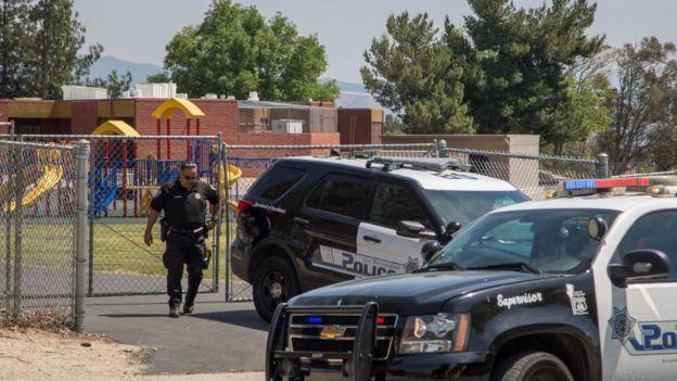 Agente de la policía saliendo de una escuela en California.