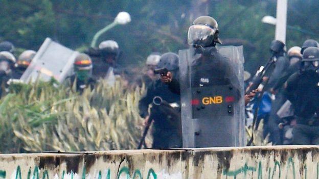 Un guardia nacional con una arma en la mano.