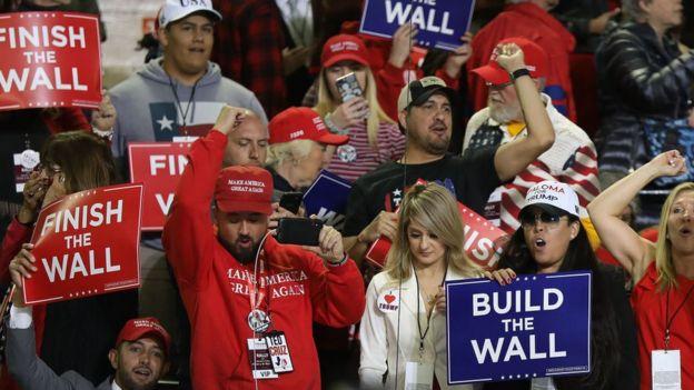 """""""Construye el muro"""" y """"termina el muro"""" son dos de los lemas que se escuchan en los mítines políticos de Trump."""