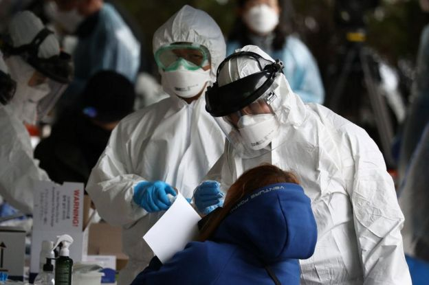 Equipe médica sul-coreana atendendo paciente