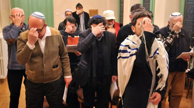 Judíos de Sarajevo rezando.