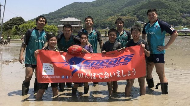 Kubota Spears player Yoshiki Niizeki (back row, far right) enjoys tambo in the heart of the Okayama countryside