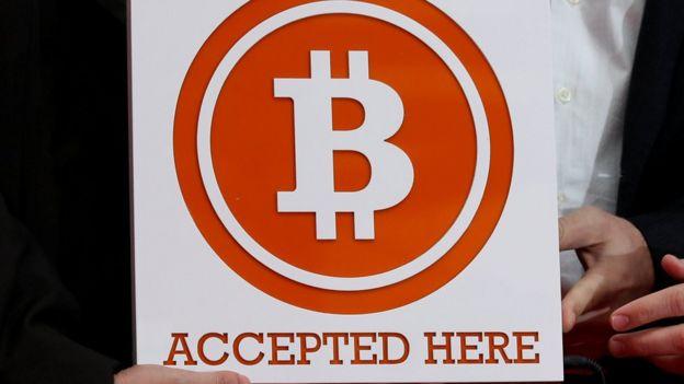 """Letrero que dice """"se aceptan bitcoin""""."""