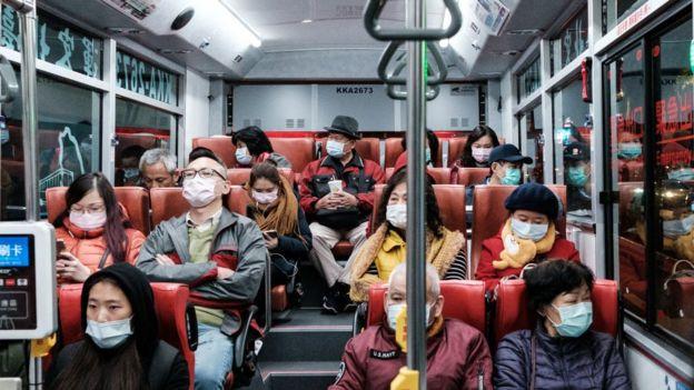 Un autobús en Taiwán con pasajeros usando mascarillas