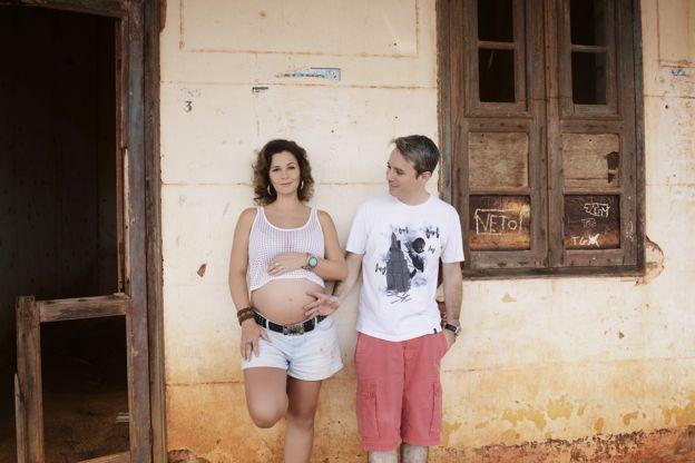 Elisa ainda grávida, com o marido, Everton Dantas