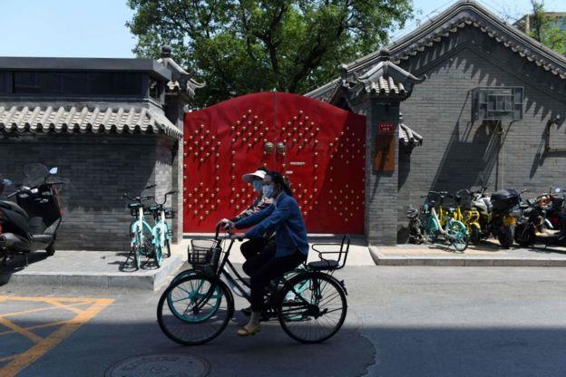 尽管奢侈品品牌网站疫情好转,北京仍然对小区采取封闭管理。