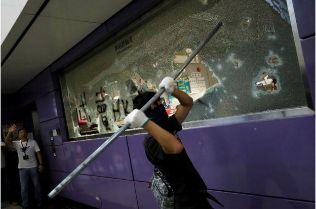 东涌港铁站车站控制室被示威者打砸损坏。
