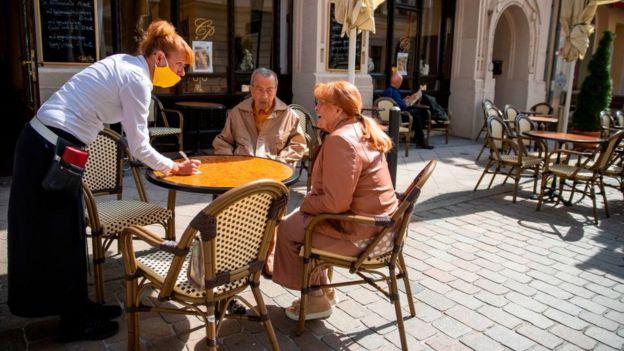 Una pareja sentada en un restaurant.