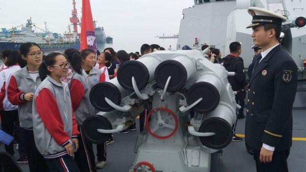 Học sinh đến thăm tàu khu trục tên lửa dẫn đường Rizhao của Hải quân PLA trong một ngày mở chiến hạm như một phần của sự kiện hải quân đa quốc gia kỷ niệm 70 năm thành lập Hải quân Quân đội Giải phóng Nhân dân Trung Quốc (PLAN)