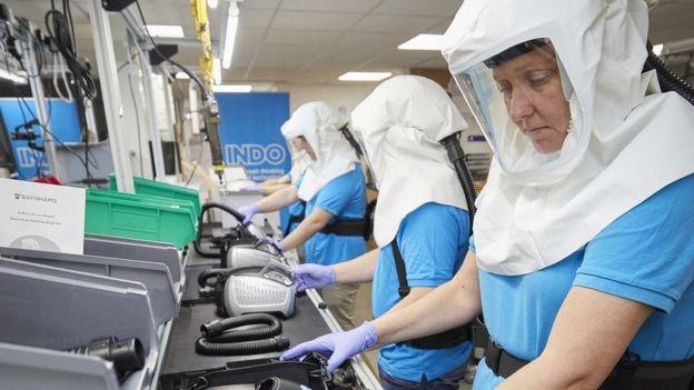 Trabajadores fabrican una máscara desarrollada por la Universidad de Southampton.