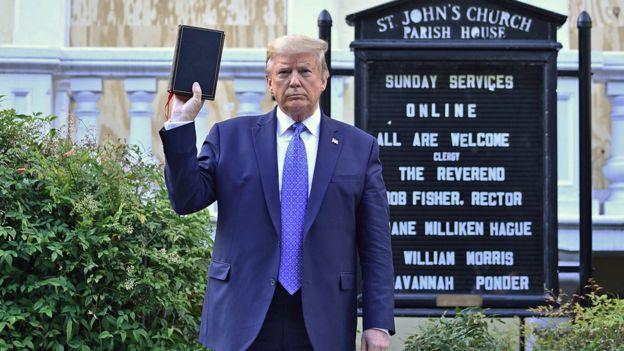 Trump sosteniendo la Biblia a las puertas de la iglesia de San Juan, incendiada durante las protestas.