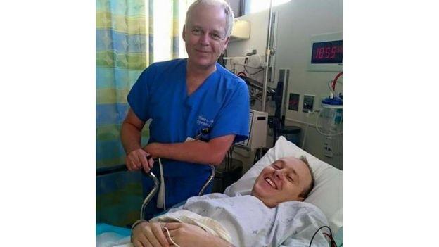El Dr Wouter Schievink, del centro Cedars-Sinai, en LA, con el paciente David Baldwin
