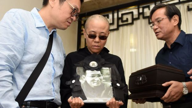 刘霞在告别式上捧着刘晓波的遗像