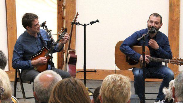 Ryland Teifi a'r cerddor Gwyddelig Evan Grace yn perfformio a sgwrsio yn y Tŷ Gwerin // Ryland Teifi and the Irish musician Evan Grace chat and sing in the folk tent