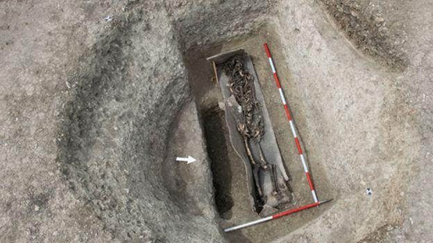 Esqueleto romano en un féretro de plomo.