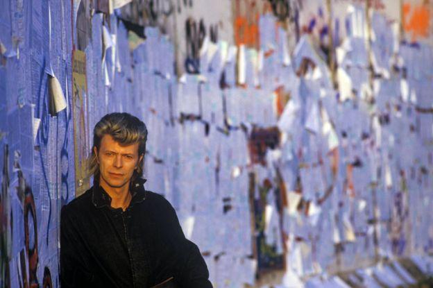 David Bowie frente al muro de Berlín