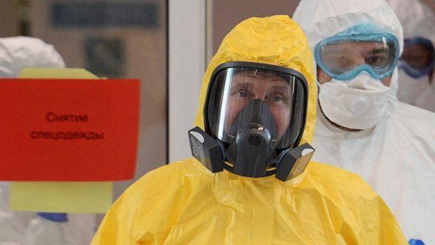 Путин в больнице в Коммунарке надел ярко-желтый защитный костюм и респиратор