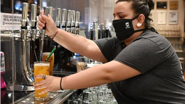 бармен в маске