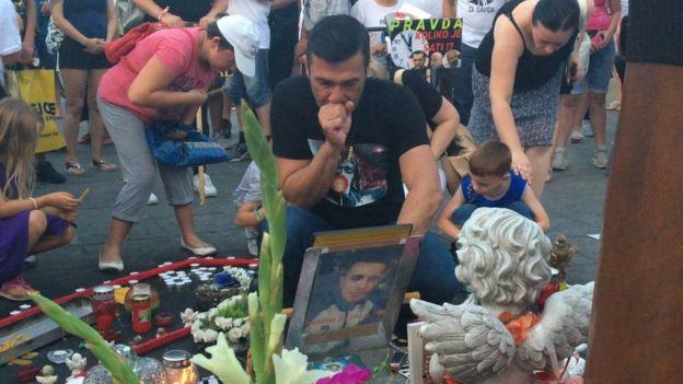 Davor Dragičević gleda u sliku pokojnog Davida u centru Banjaluke