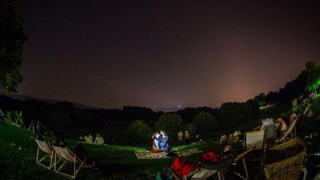 Personas mirando lluvia de meteoritos