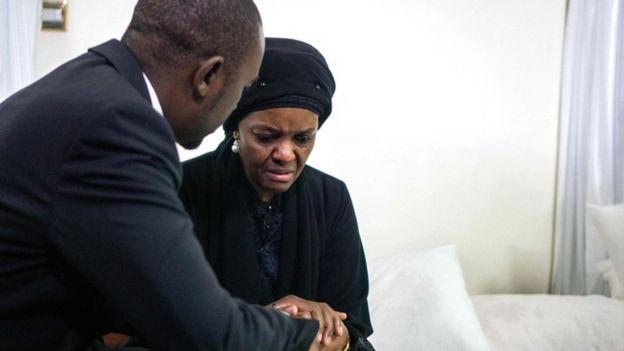 Le chef du parti d'opposition du Mouvement pour le changement démocratique, Nelson Chamisa (à gauche), présente ses condoléances à Grace Mugabe, ancienne première dame du Zimbabwe, alors que le corps de feu le président Robert Mugabe repose en état à la résidence du Mugabe à Harare le 12 septembre 2019.