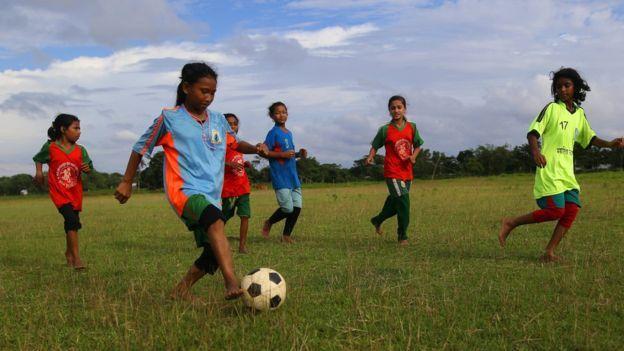 ফুটবল খেলছে কলসিন্দুর ড়্রামের মেয়েরা