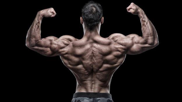 Los fisicoculturistas suelen utilizar sustancias como Synthol, pero de forma moderada y sus músculos son más producto de un rutina de entrenamiento.