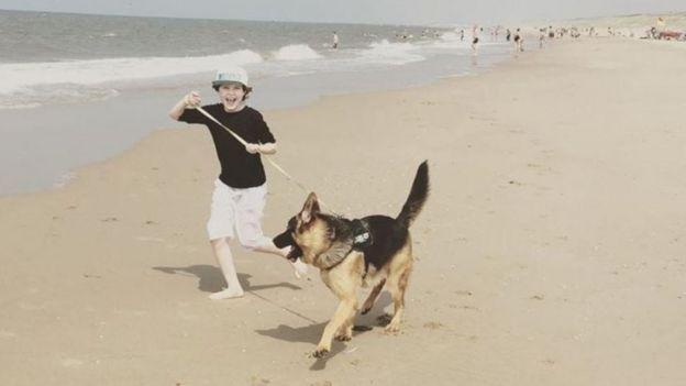 Laurent Simons passeando com seu cachorro
