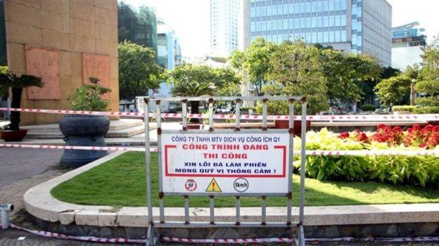 Tấm bảng báo thi công đặt dưới chân tượng đài Trần Hưng Đạo hôm 19/2