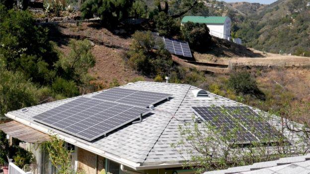 California'da güneş enerjisi paneli olan evler.