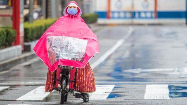 امرأة تستقل دراجة في شارع
