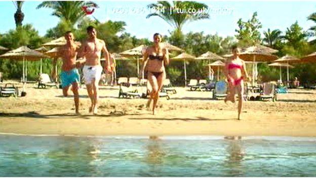 Reklamda kızgın kumlardan denize koşan gençlerin görüntüleri de yer alıyordu