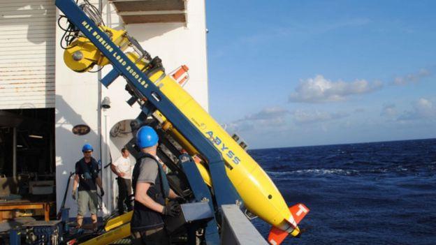 Vehículo no autónomo usado para explorar las características geofísicas en las profundidades del mar