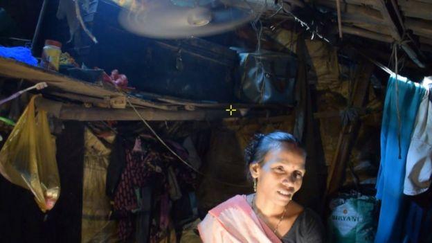 ساویتا زنانی را دیده که موقع بیرون آمدن از خانه برای رفتن به توالت مورد حمله و آزار جنسی قرار گرفتهاند
