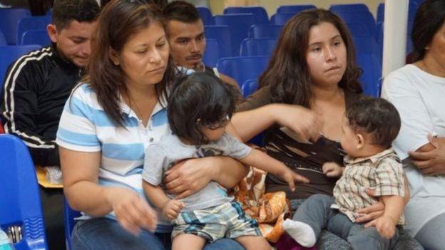 Pessoas em centro para imigrantes
